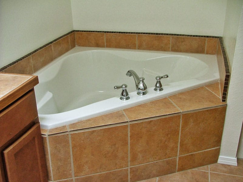 large bath with jets